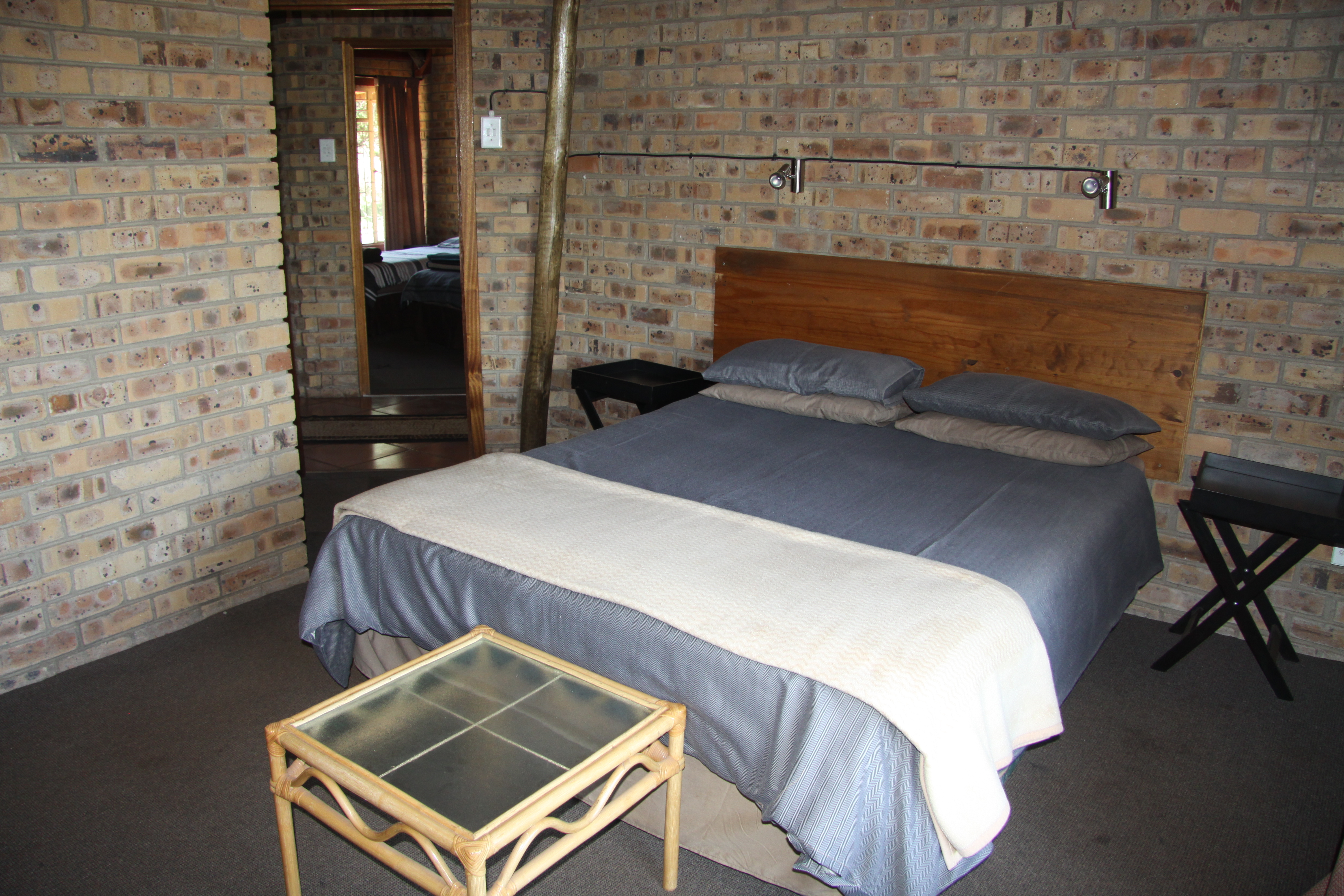 Bush chalet 9 sleeps 6 inyala game lodge - Chalet kamer ...